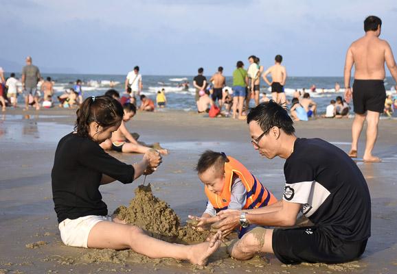 Du lịch Vũng Tàu -Du khách vui chơi biển Vũng Tàu