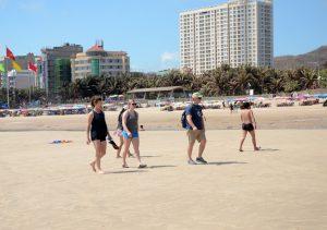 Du lịch Vũng Tàu - Khách du lịch nước ngoài dạo chơi trên bãi biển Vũng Tàu.