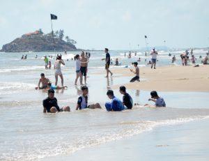 Du lịch Vũng Tàu - Du khách tắm biển, vui chơi tại khu vực Bãi Sau, TP. Vũng Tàu sáng mùng 2 Tết