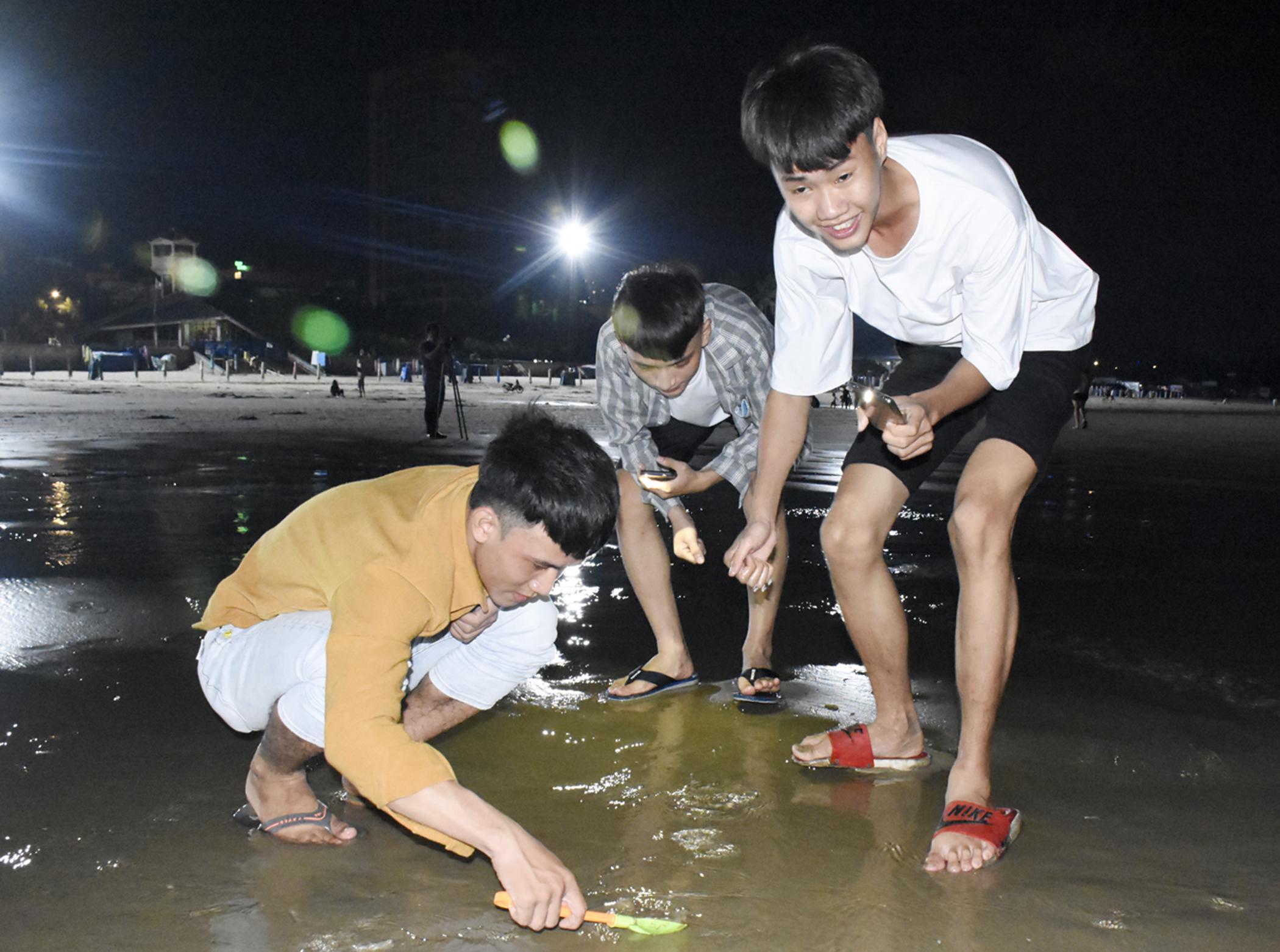 dạo biển đêm trên Bãi Sau