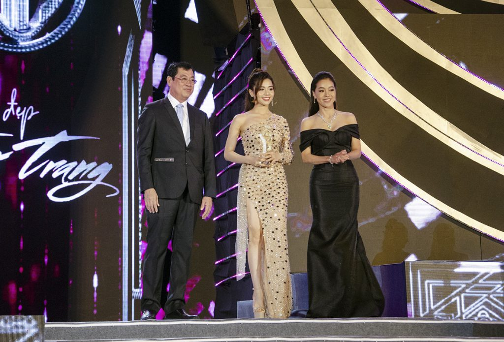 Trao Kỷ niệm chương Cuộc thi Hoa hậu Việt Nam 2020 - Vũng Tàu