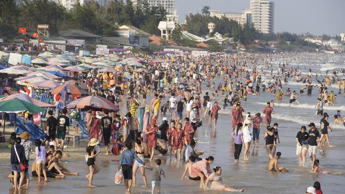 biển Vũng Tàu vẫn đông trong chiều mùng 4 Tết
