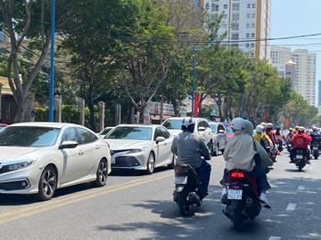 Đường Hoàng Hoa Thám phương tiện giao thông rất đông